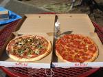 ミックスピザ(左)とサラミのピザ(右)